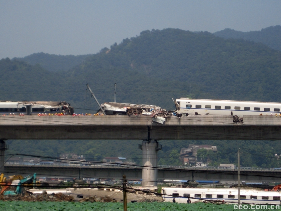 温州动车追尾事故发生后的第二天