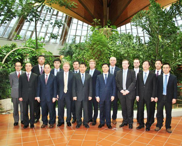 """在结构转型和工业升级的合作中,中德两国在成都开辟了一块""""试验田""""。 2014年10月,中德两国政府联合发表《中德合作行动纲要》,此后为了落实《中德合作行动纲要》和双方总理达成的各项共识,夯实中德双方合作基础与内容,拓展德国经济发展空间,扩大中国中西部地区的对外开放和加快改革创新,双方决定在四川共同建设中德(四川)创新产业合作平台。 对于中德双方而言,上述平台的意义,在于充分利用四川成都的现实基础和德国的经济产业发展优势,最大限度地推进中德双方进一步增强互信,深化各领域合作,实现双"""