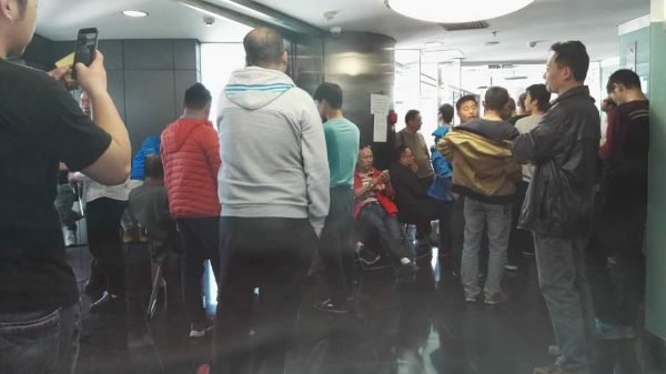4月18日,易到司机们聚集在易到北京总部   记者沈怡然摄