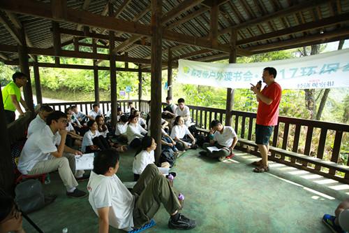 读书会现场,冯永锋与广汽丰田环保志愿者们分享他的环保十年_副本