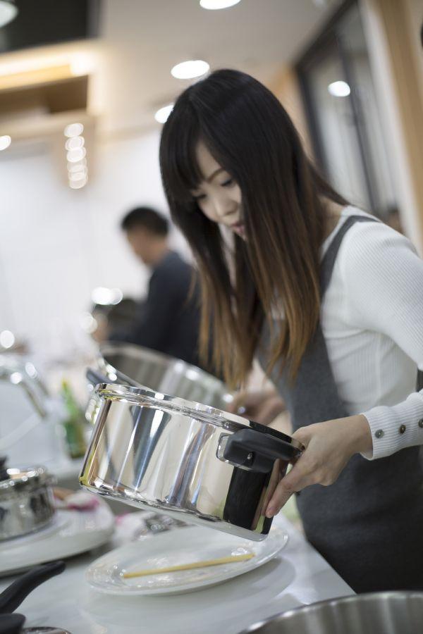 顾客在安利深圳体验馆体验用安利皇后锅烹调美食