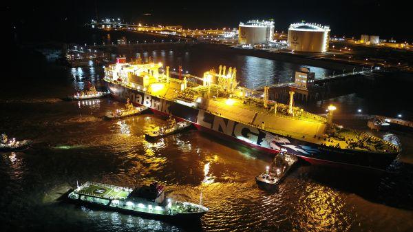 8月7日首艘LNG运输船顺利??吭谛掳轮凵絃NG接收站码头