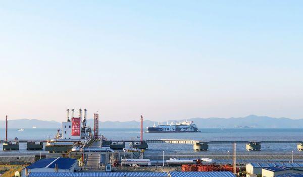 Stena Blue Sky号驶入新奥舟山LNG接收站码头