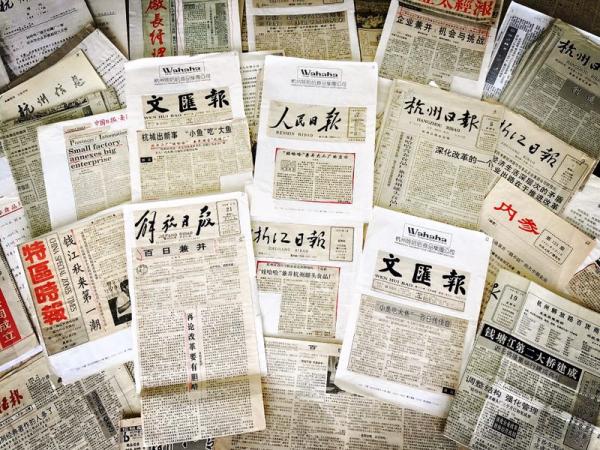 """1991年,娃哈哈兼并杭州罐头食品厂引起了社会各界关注。""""小鱼吃大鱼""""的事件被解放日报、人民日报等多家媒体称为有胆略的改革开放之举"""