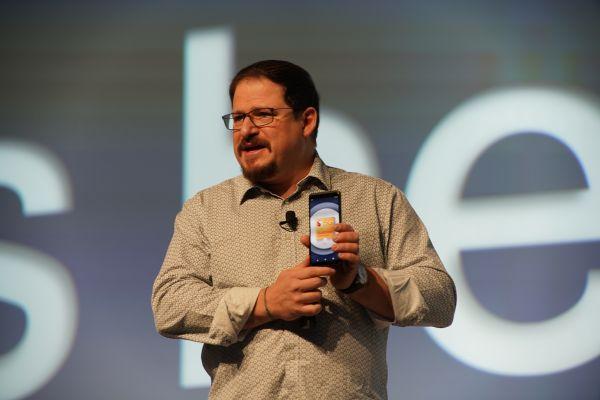 Qualcomm Incorporated总裁克里斯蒂安诺·阿蒙展示全球首款5G智能手机参考设计