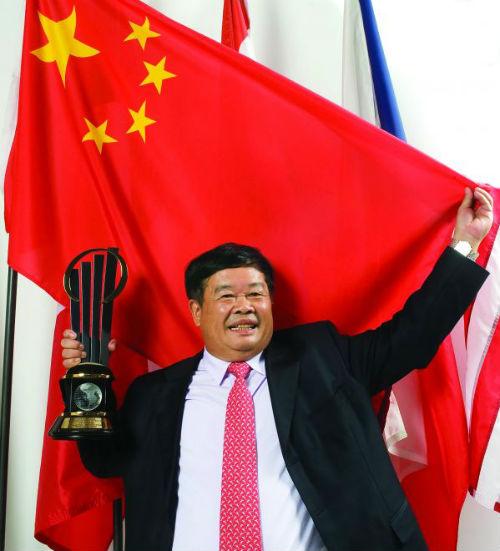 """2009年5月,曹德旺先生从全球43个国家和地区代表中脱颖而出,荣膺""""安永全球企业家2009大奖"""",成为该奖设立以来首个华人得主。"""