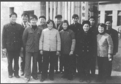 青春服装厂领导合影1