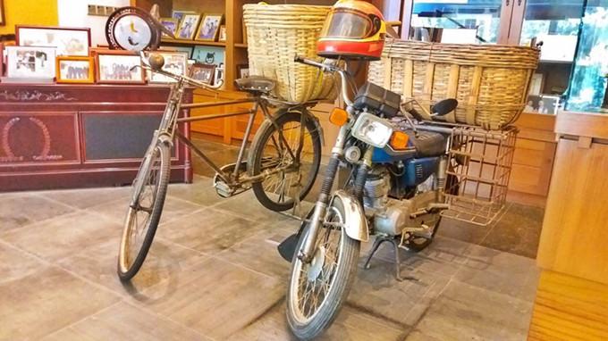 苏志刚早年卖猪肉时的单车和摩托车_副本