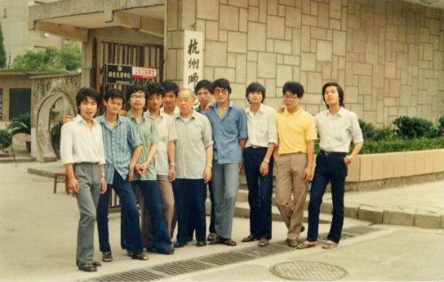 1987年夏,马云(左二)与外语系李增荣教授(左六)及同学在杭州师范大学校门口合影