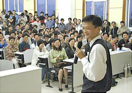 2002年4月,马云在杭电做演讲,学生挤满了教室