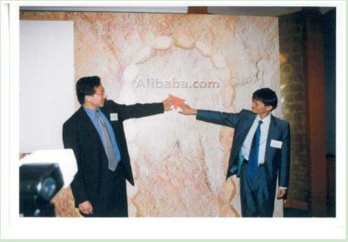 1999年,马云和蔡崇信首次在香港的新闻发布会上宣布阿里巴巴成立。