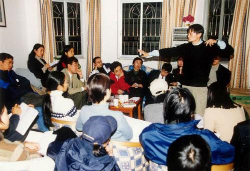 2000年,创业初期马云在湖畔花园召开员工会议