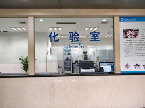 三门县人民医院尿检送样处  摄影  吴小飞