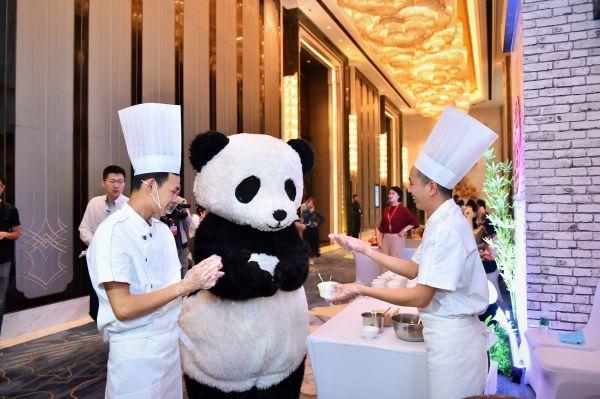 4 熊猫是成都熊猫亚洲美食节期间最抢镜的成都城市标识