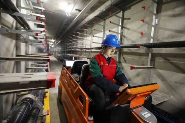 北京電力在綜合管廊電力艙應用自主研發的載人巡檢設備。杜敏攝