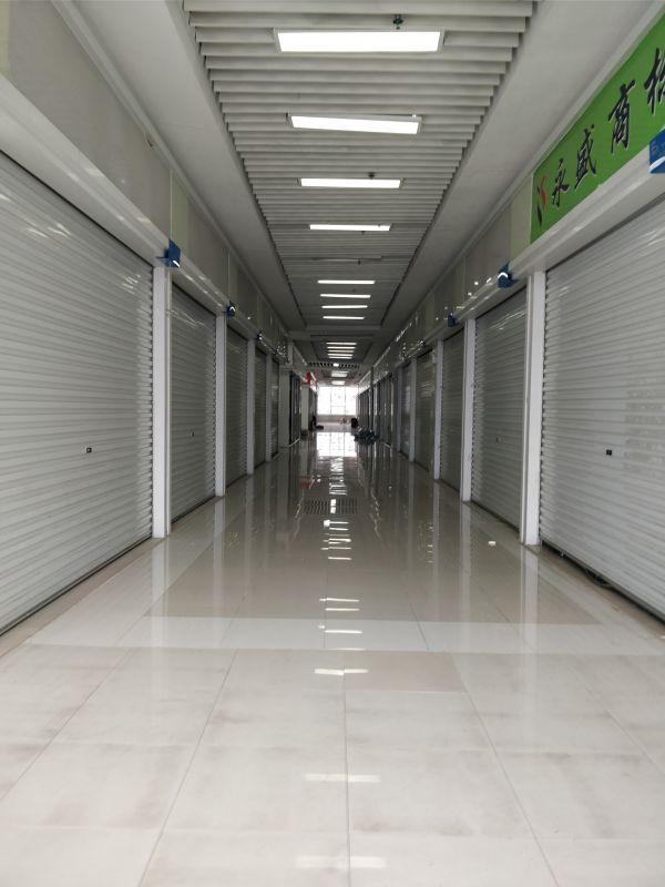 珠江國際紡織城內部 大門緊閉的檔口 攝影 吳小飛