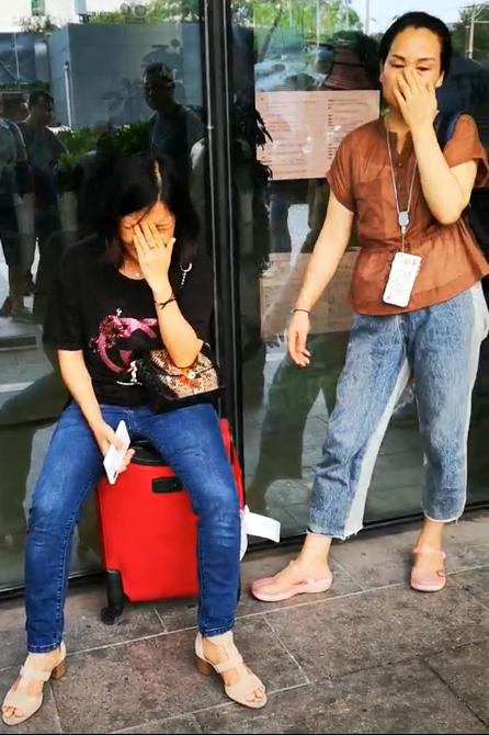 图4:黄娟于8月6日下午从惠州赶到北京,又迅速来到暴风集团总部,讲述起自己的遭遇时忍不住掩面痛哭(骆贝贝 摄)