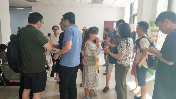 图5:8月7日,投资者们早早来到石景山区金融纠纷调解中心,等待与金融办工作人员沟通(钱玉娟 摄)