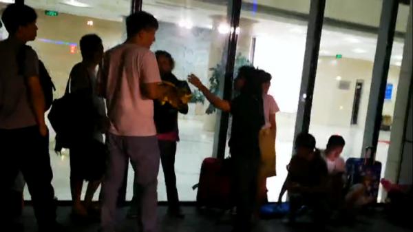图9:记者在8月6日晚8点多,看到暴风金融的投资者们仍无奈地聚集在首享科技大厦楼下 (骆贝贝 摄)