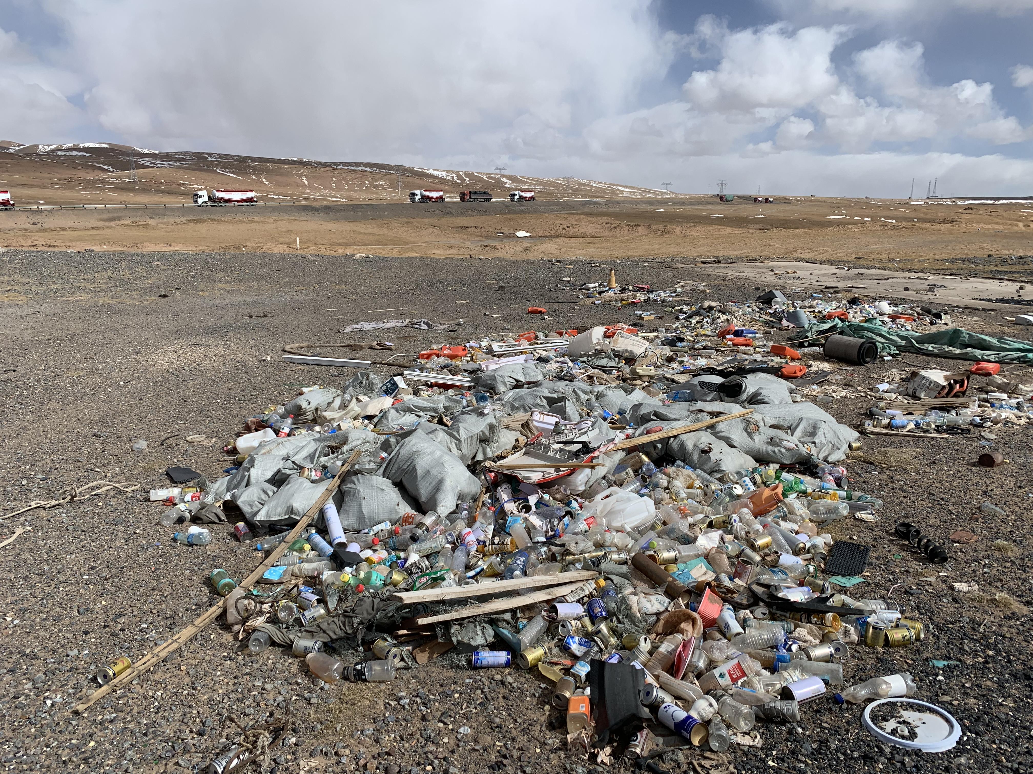 图1,(注:青藏公路,在3018公里牌的路牌附近的垃圾,2019年8月5日,金冠时 摄。青藏公路为1