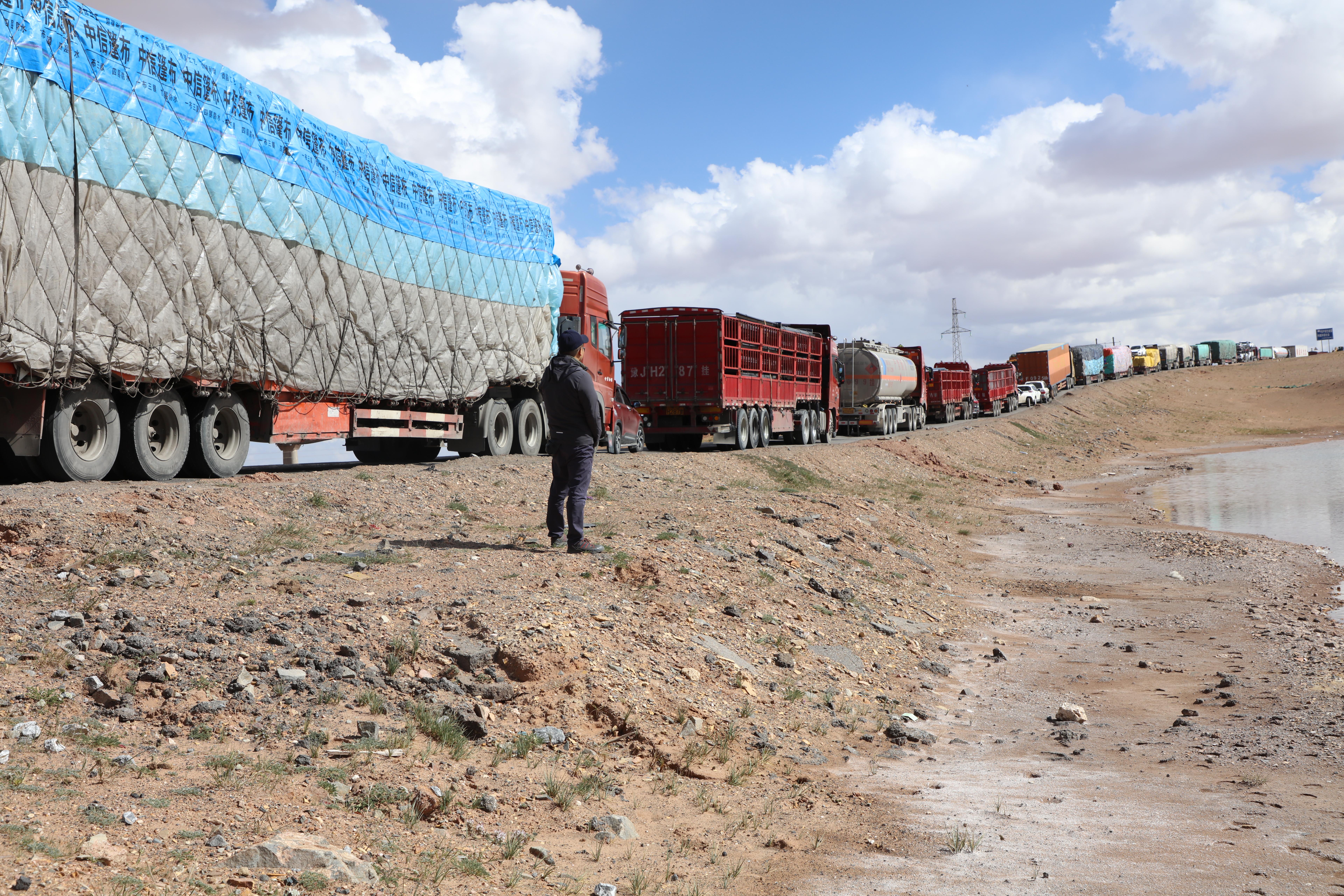 图2,(青藏公路堵车时常可见,堵住的车辆延绵数公里,2019年8月5日 金冠时 摄)