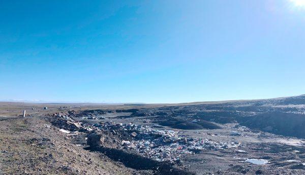 图5,(青藏公路一侧的露天垃圾坑,2019年8月10日,金冠时 摄)