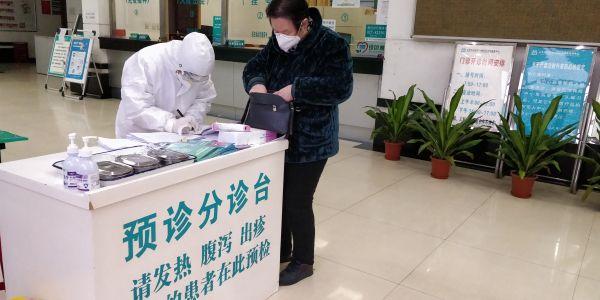 百步亭社区医生在登记求诊者信息 摄影 吴小飞