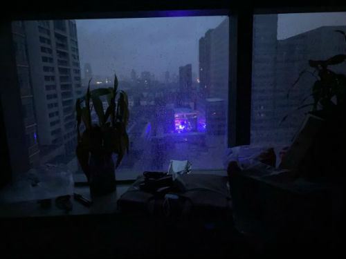 21日凌晨四点开始闪烁的救护车