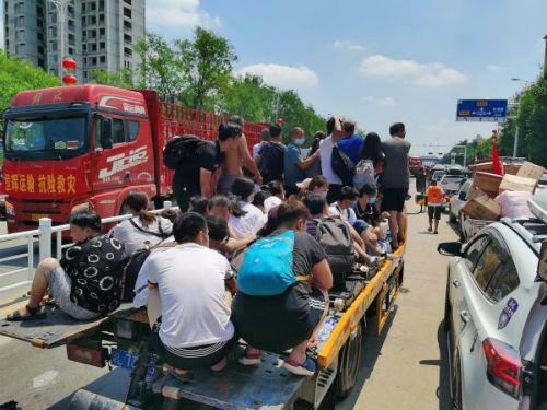 图4、卫辉城区救援队将受灾居民转移到安全地带