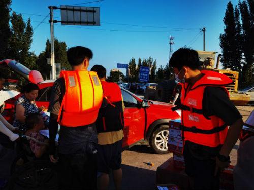 图7、卫辉城市北、卫河大桥南岸居民转移点的志愿者
